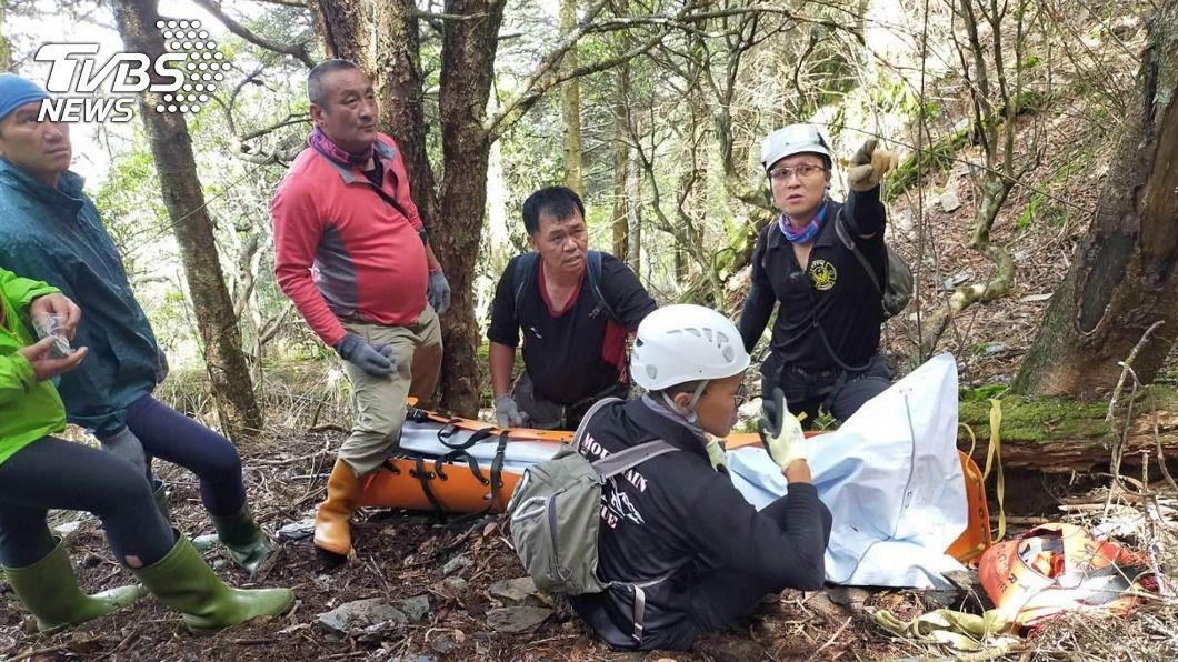 搜救人員下切山谷找到男子。(圖/搜救人員提供) 隨隊登干卓萬群峰 50歲男墜谷200公尺身亡