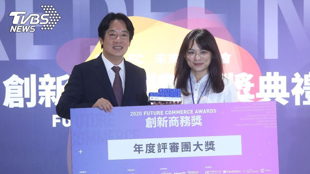 副總統賴清德(左)頒發評審團大獎給得獎者。(圖/中央社) 台灣具創新能量 賴清德:正是時候走出新經濟
