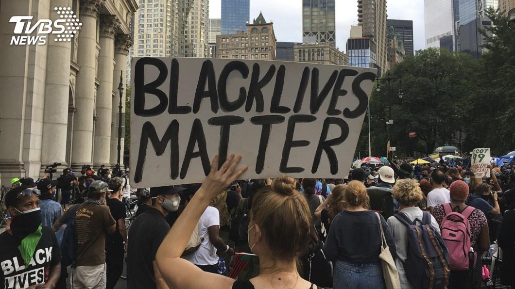 美國紐約市決定在第五大道漆上「黑人的命也是命」標語。(圖/達志影像美聯社) 紐約市幹道漆「黑人命也是命」 川普批仇恨象徵