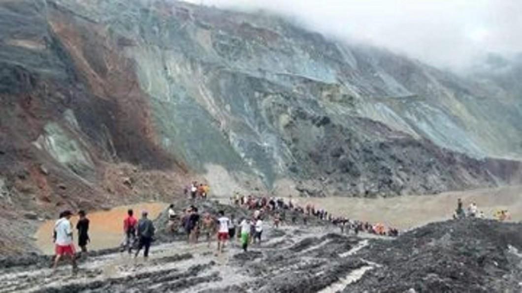 緬甸北部一座玉石礦場今天發生山崩。(圖/翻攝自CGTN 推特) 緬甸玉石礦場崩塌礦工遭活埋 至少50人罹難