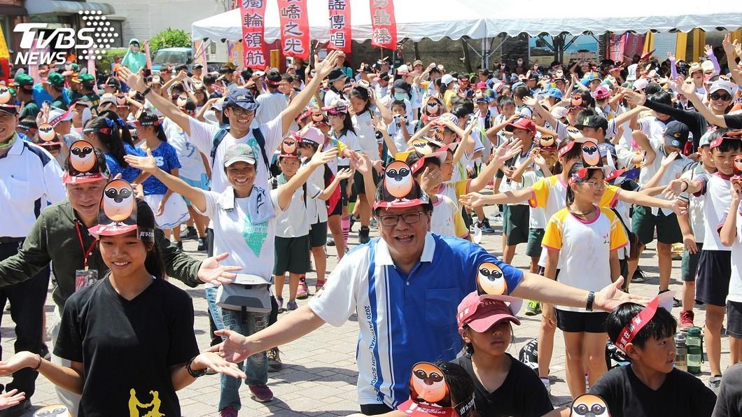 縣長潘孟安與當地學生跳「驕仔舞」及遊行宣傳。(圖/屏東縣政府提供) 全中運聖火鵝鑾鼻燈塔點燃 潘孟安領軍熱鬧踩街