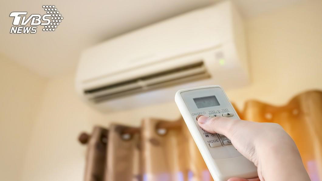 許多人忍不住開冷氣消暑。(示意圖/TVBS) 爽吹整天變頻冷氣不需關? 鄉民曝電費:真的可以