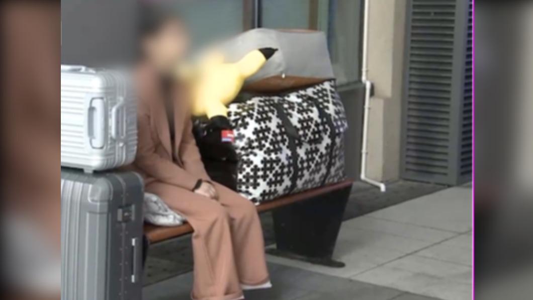 女子帶著行李家當坐在椅子上。(圖/翻攝自看看新聞) 男友不告而別!癡情女「坐長椅十天」:我在等他回來
