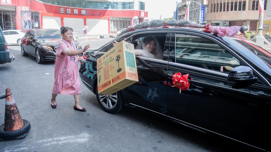 婚禮攝影師蔡睿哲拍攝一場婚禮時,新娘從車上丟出的不是扇子而是電扇。(圖/蔡睿哲授權提供) 新娘脾氣大個性強 出嫁不丟扇改擲「大電扇」