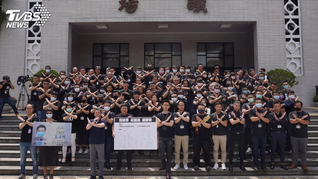 逾百名國民黨立委助理今天穿黑衣,集結在議場前抗議遭抹黑。(圖/中央社) 逾百藍委助理穿黑衣 立院議場前抗議遭抹黑