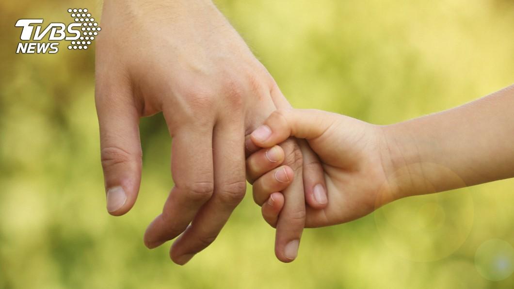 孩子成長的過程中,父母親的陪伴往往是影響他們的重要關鍵。(示意圖/TVBS) 媽1週上6天班 孩掏400元:可買妳半天嗎?