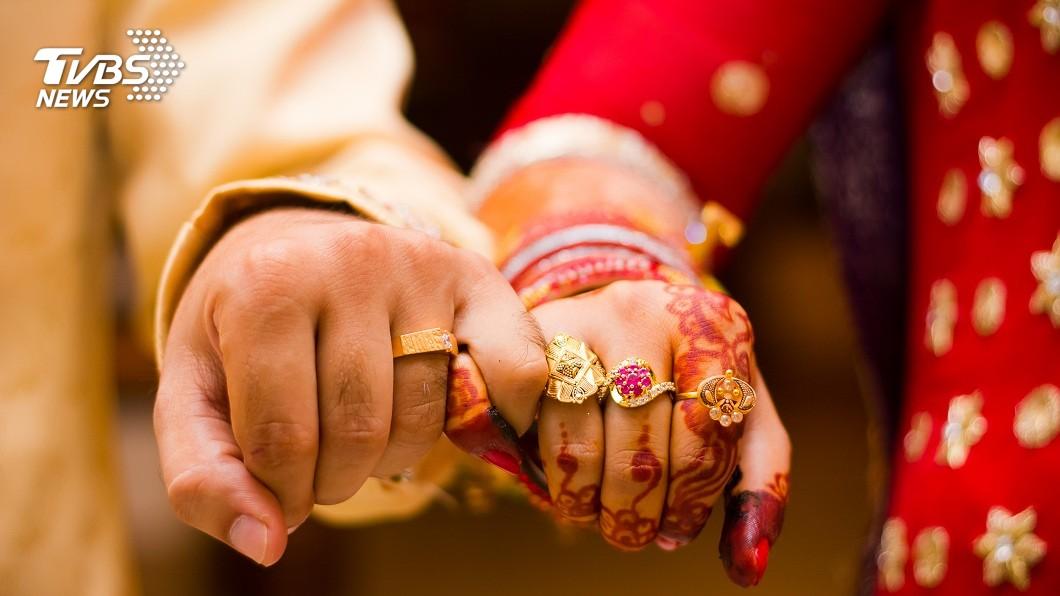 印度日前進行一場婚禮,新郎新娘的關係引發外界議論紛紛。(示意圖/TVBS) 媳婦守寡公公細心「照顧」 2年後升格成夫妻