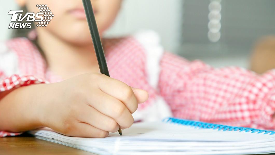 學生寫日記抱怨,遭老師怒嗆。(示意圖/TVBS) 童怨搬椅子遭師嗆「就妳抱怨」 母貼網公審轟:合適嗎