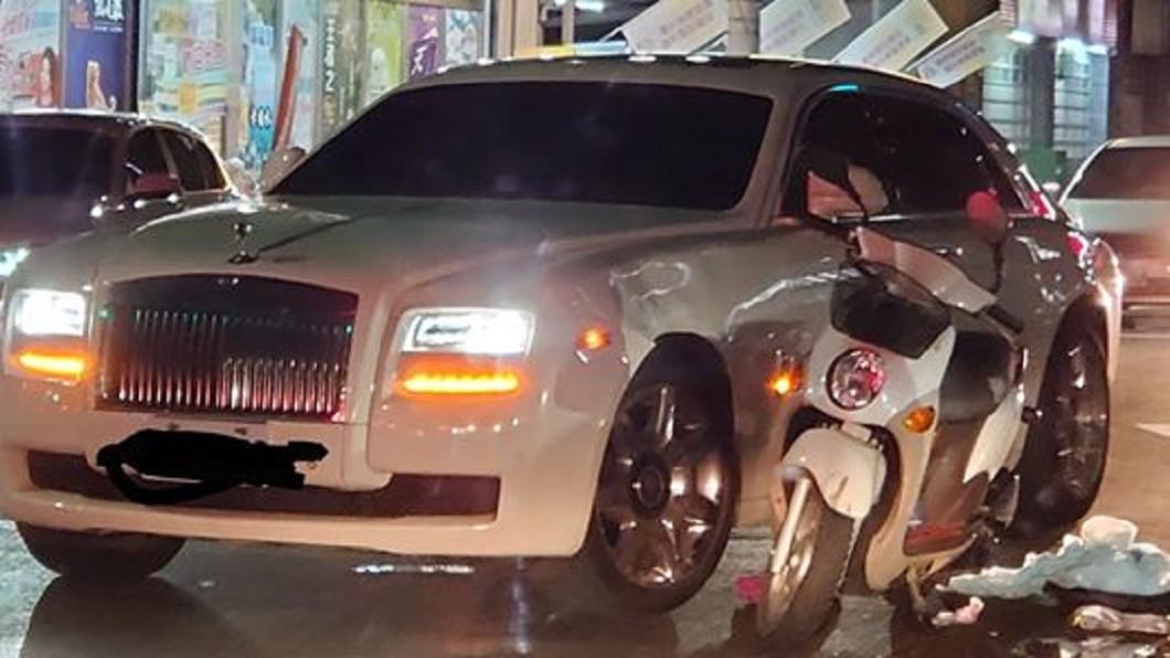 嘉義5日晚間發生機車和勞斯萊斯擦撞的意外。(圖/翻攝自嘉義大小事臉書社團) 撞勞斯萊斯免賠!「戲說一姐」證實尪就是霸氣車主