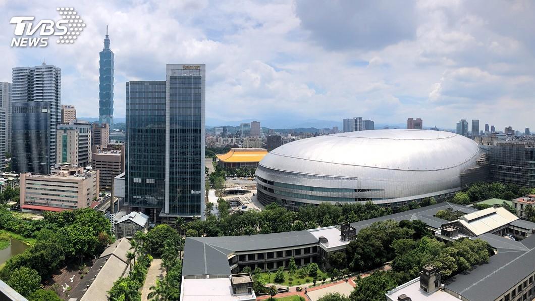 台北市議會工務委員會今天到大巨蛋考察。(圖/中央社) 北市議會考察大巨蛋 估最快下週發建照