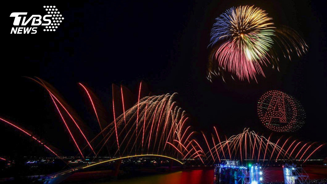 澎湖國際花火節昨日正式登場,吸引2萬多名遊客造訪。(圖/澎湖縣政府旅遊處) 報復性出遊 澎湖花火節、熱氣球嘉年華接力登場