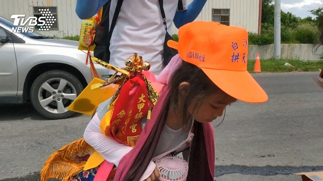 隨白沙屯媽祖進香!6歲女童背願望卡:保佑手術順利
