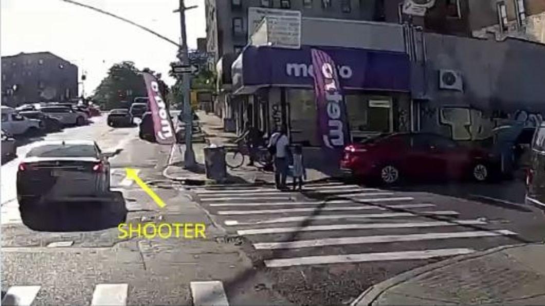 紐約街頭日前發生街頭槍擊案件。(圖/翻攝自推特) 牽女過馬路陌生車輛突靠近 父下秒遭「亂槍射死」