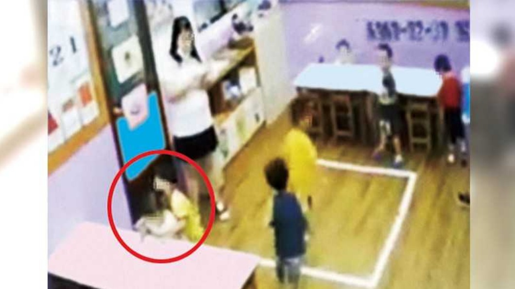 幼兒園監視器畫面。(圖/CTWANT授權使用) 3歲女遭男童霸凌血染內褲 師冷眼低頭滑手機