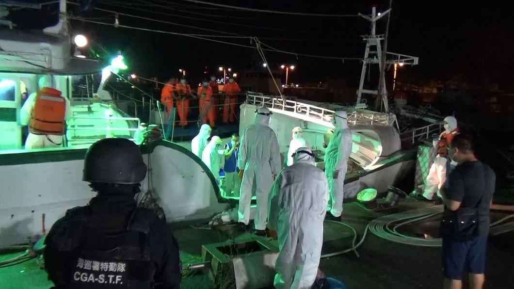 海巡署偵防分署6日深夜在屏東外海查獲30名越南籍偷渡客。(圖/中央社,民眾提供) 海巡署查獲30名越南籍偷渡客 14天檢疫期滿將移送