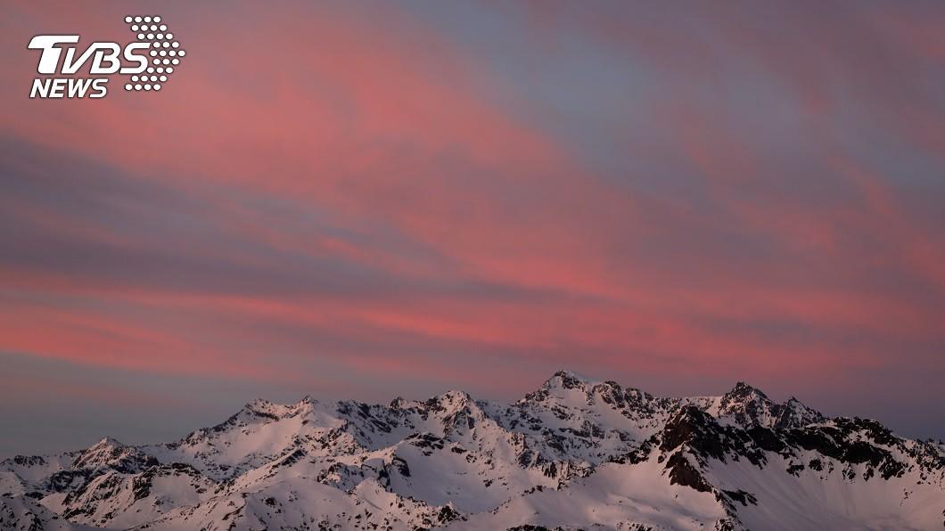 圖/路透社(示意圖) 「冰藻」惹的禍! 義大利冰川出現神秘粉紅冰
