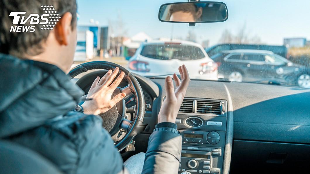 男子狂按喇叭。(示意圖/TVBS) 被逼車狂叭!貨車司機嚇停 真相網笑噴:恭喜