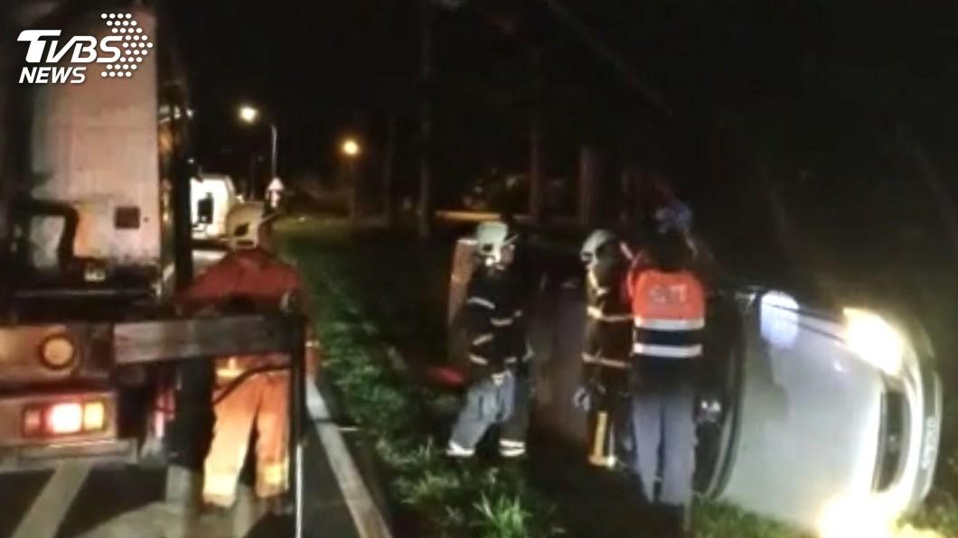 澎湖發生一起疑似車速過快失控的自小客車翻車意外。(圖/澎湖消防局提供) 疑車速過快失控 澎湖自小客車翻覆草叢駕駛擦傷
