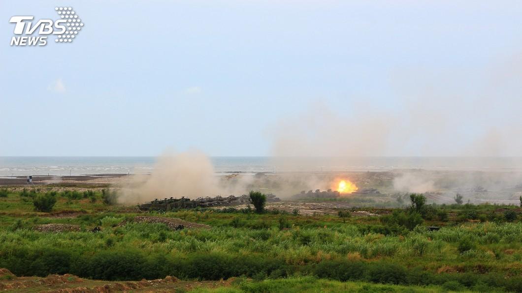 國軍今天在台中甲南海灘,進行三軍聯合反登陸作戰實彈操演預演 嚴德發視導三軍反登陸實彈操練預演 場面震撼