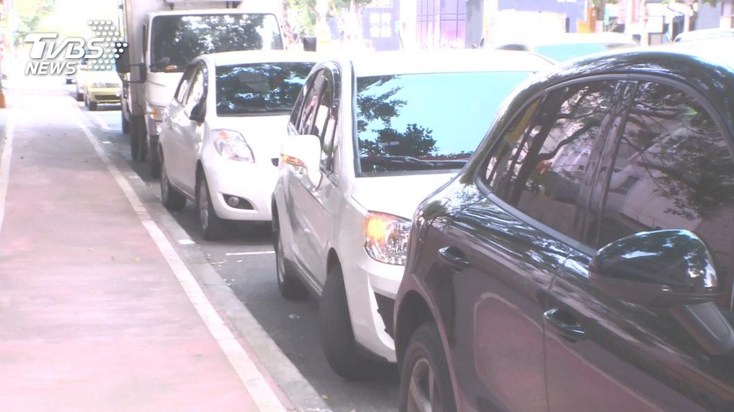 對於有開車的民眾而言,路邊停車格常常是一位難求。(示意圖/TVBS) 停車格內畫有紅線 男糾結問:到底可不可以停?