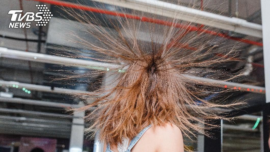 女子與友人吃飯,頭髮突然豎起。(示意圖/TVBS) 女吃消夜頭髮倏然「起立」 學者:危險恐致命