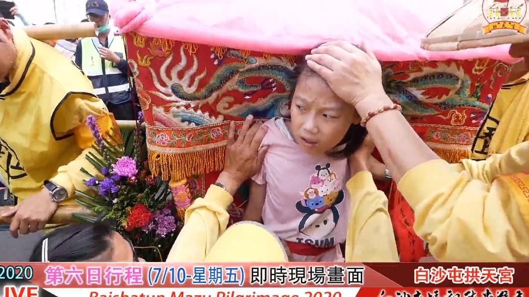 (圖/翻攝自白沙屯拱天宮粉絲團) 白沙屯媽祖加持心臟病女童 惹哭上萬名網友
