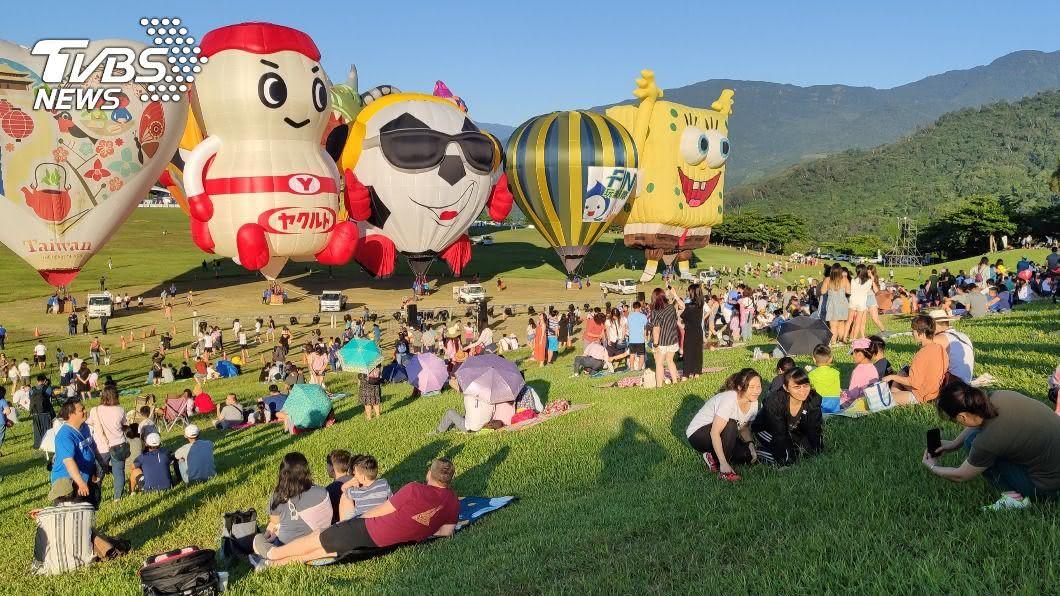 台東熱氣球嘉年華今年也湧入大批人潮。(圖/中央社) 台東熱氣球嘉年華登場 民眾天未亮搶朝聖