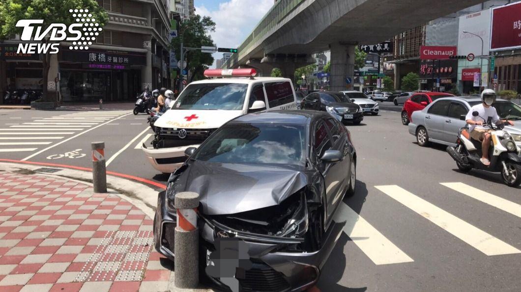 自小客車不慎撞上執勤救護車。(圖/TVBS) 十萬火急!護送9旬病危翁急救 救護車執勤反遭撞
