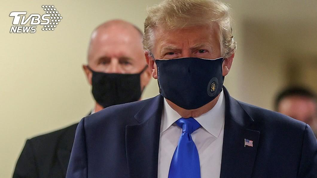 圖/達志影像路透社 終於!川普戴口罩公開亮相 「是件很棒的事」
