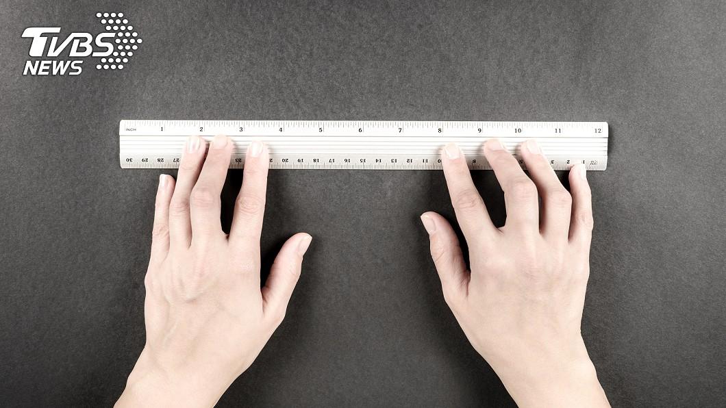 男子驚呼長破世界紀錄。(示意圖/TVBS) 世界最長!15歲男掏「18cm巨無霸」破金氏紀錄