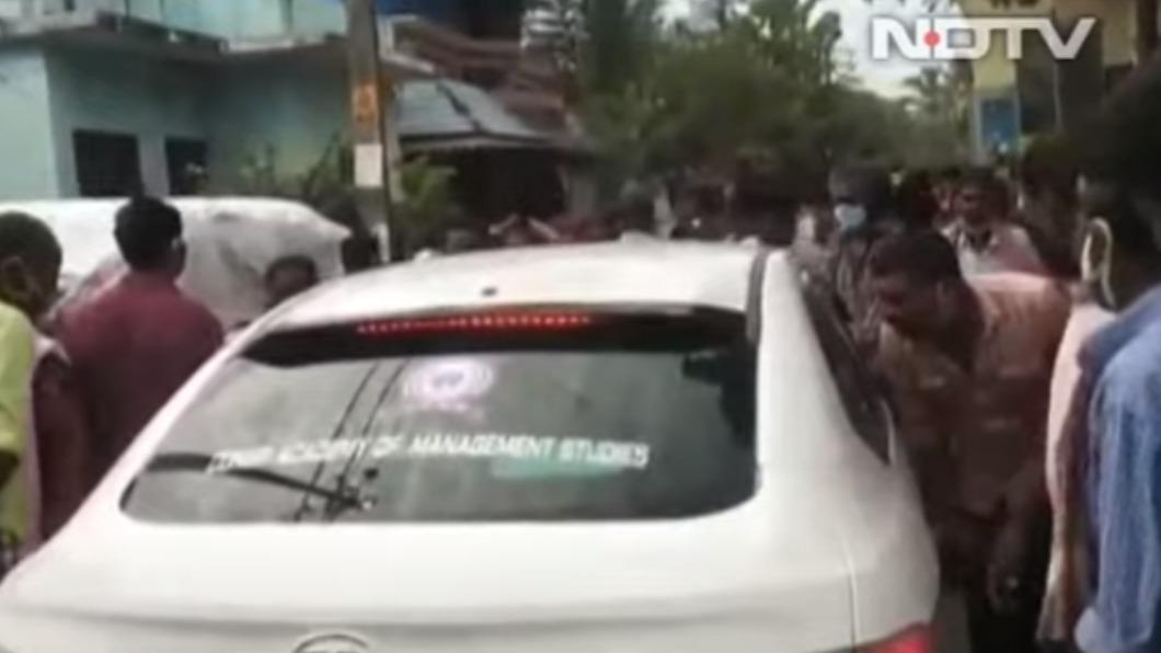 防疫團隊被村民包圍。(圖/翻攝自NDTV) 不滿隔離沒受照護 村民對醫吐口水狂咳咒:一起得病