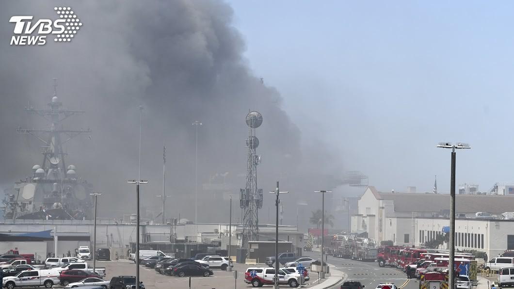 美軍兩棲攻擊艦「好人理查號」今天在當地時間上午8時30分前後爆炸起火,至少21人受傷。(圖/達志影像美聯社) 美軍兩棲攻擊艦爆炸起火 火光濃煙密布至少21傷