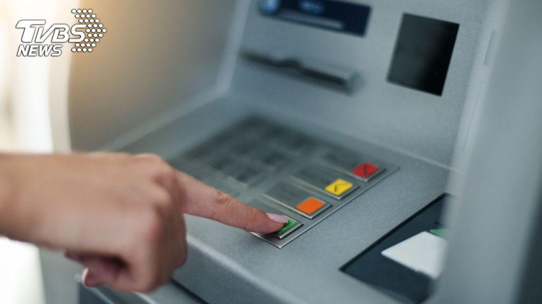 ATM領錢超方便。(示意圖/TVBS) 提款機版「得來速」?女子超扯插隊行徑被嗆爆