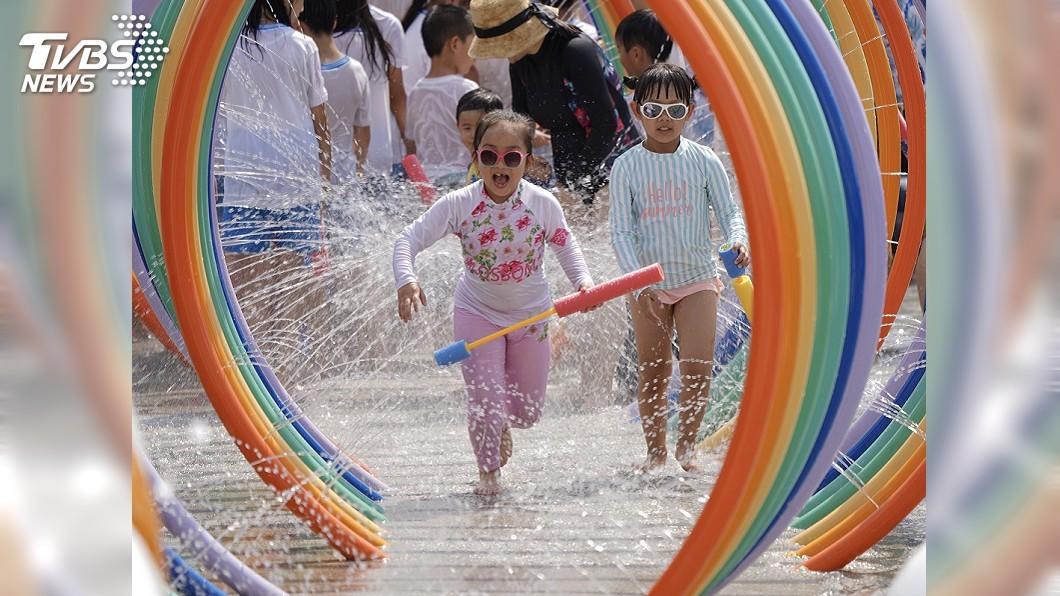 台北市首座共融式親水遊樂場正式開幕。(圖/中央社) 北市首座共融式親水遊樂場 身障者也能玩得盡興