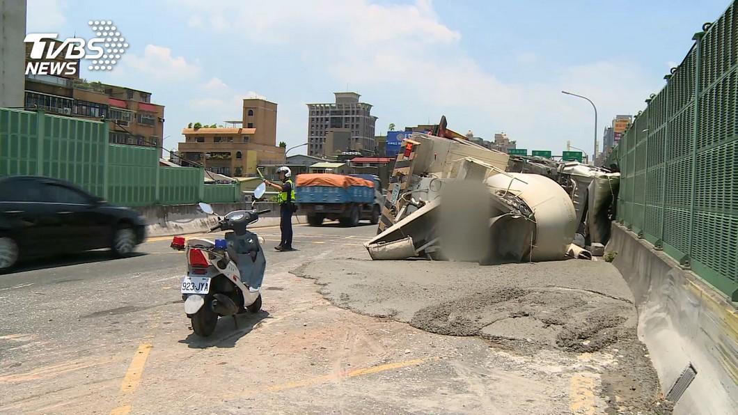 倒下來了!20噸水泥車翻覆 計程車遭撞報廢