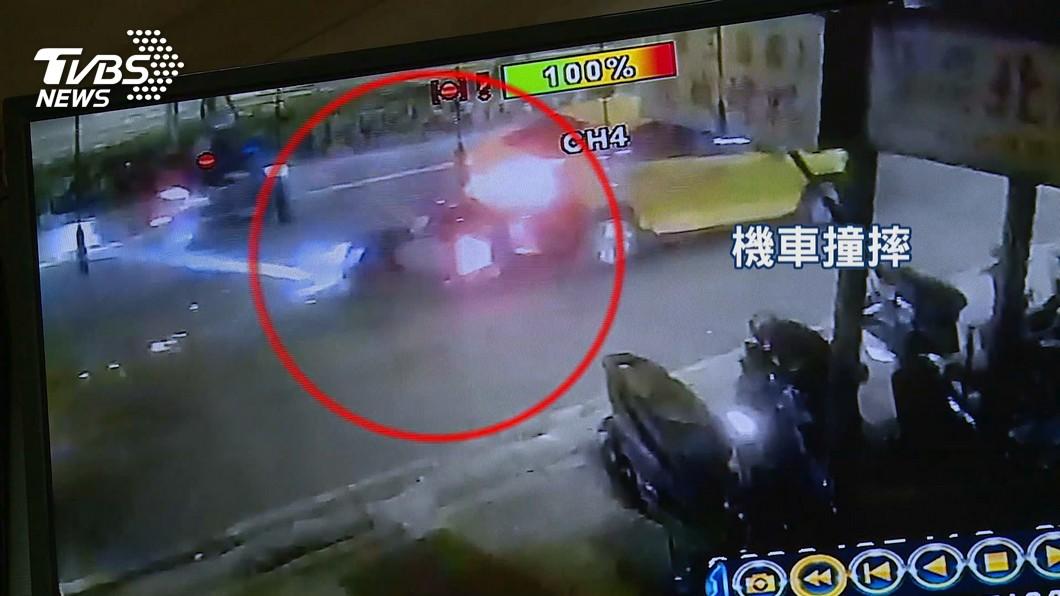 小黃搶客車道急切! 騎士閃不及「連環撞飛」