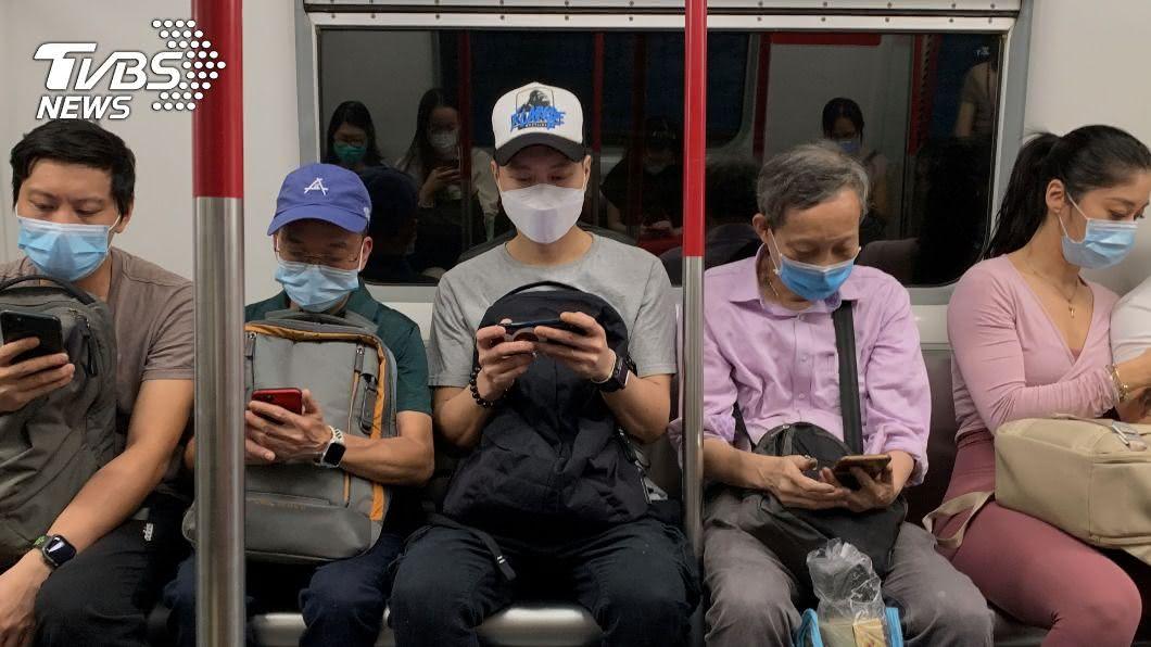圖/路透社 第三波疫情撲襲香港 61萬港人投票挺民主派