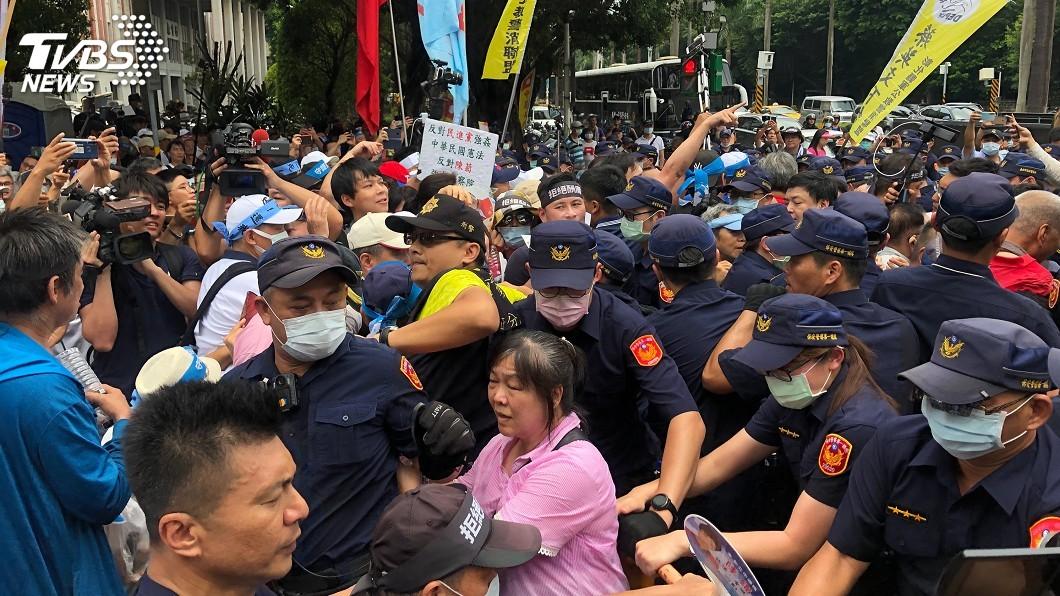 群眾一度與警方爆發激烈推擠衝突。(圖/中央社) 立院外陳抗反對陳菊 群眾與警方爆發推擠衝突
