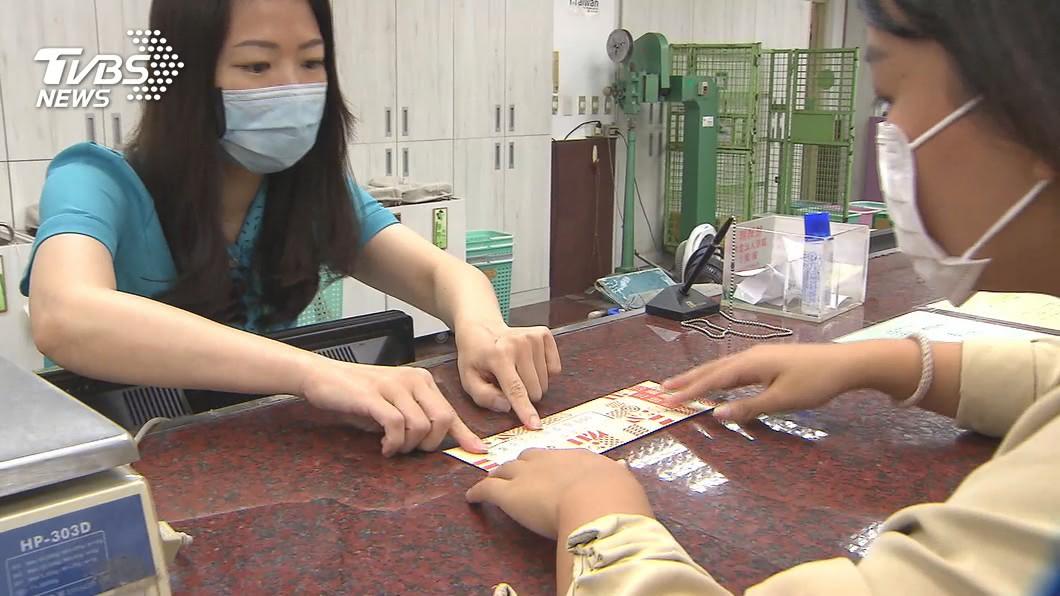 郵局今開放購買三倍券。(圖/TVBS) 「整老百姓嗎?」郵局苦排領三倍券 民眾批:勞民傷財