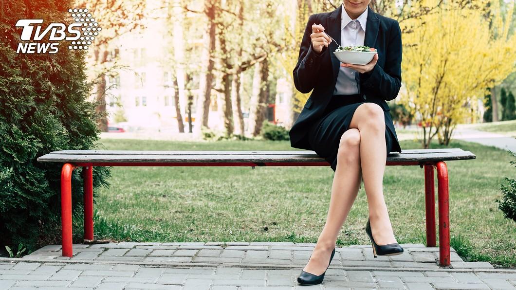 每次出門在外總會有想坐下來休息的時候。(示意圖/TVBS) 驚見轉運站椅子沒椅背…他「不給人靠背?」 內行揭關鍵