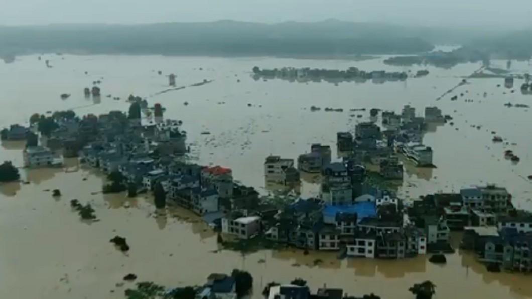 中國大陸遭逢暴雨侵襲。(圖/翻攝自微博) 三峽大壩危急?當地人簽「生死牌」:誓與大堤共存亡