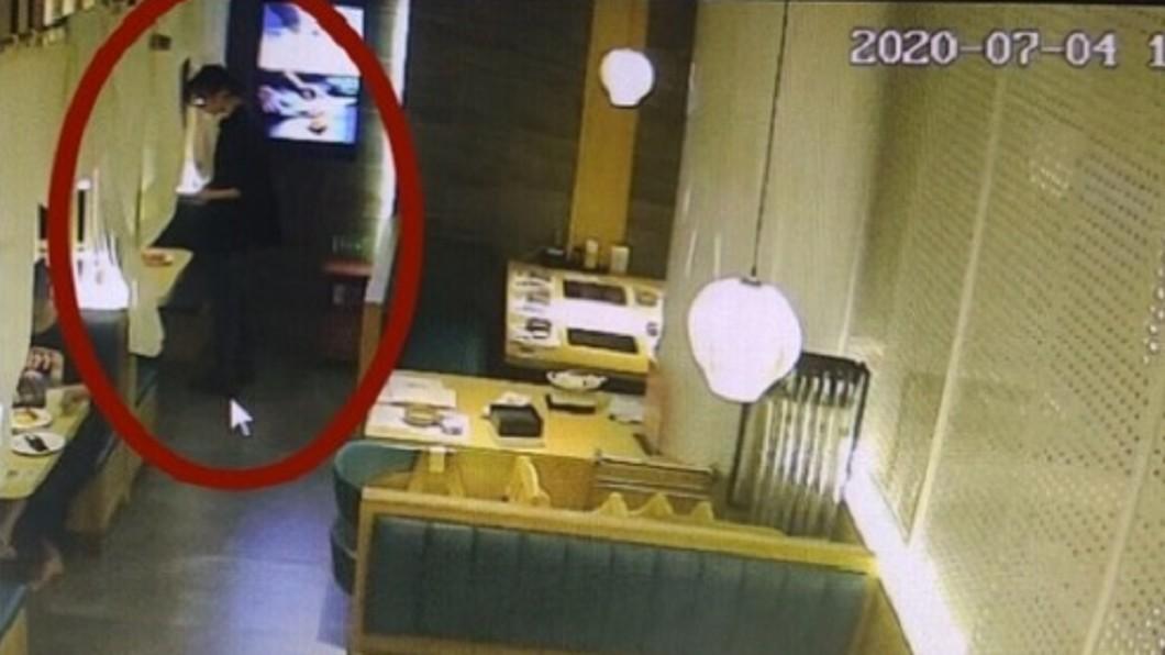 店員發現男子偷下藥。(圖/翻攝自「海綿寶寶和黑暗騎士」微博) 偶像式救援!女險遭下催情藥 機警店員「暗中保護」