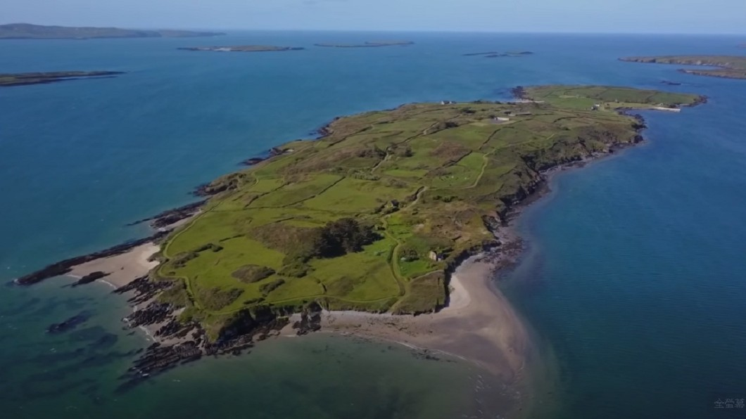 富豪光看影片就花1.8億買下馬島。(圖/翻攝自YouTube) 有錢人枯燥日常?富豪「看影片」1.8億買下一座島