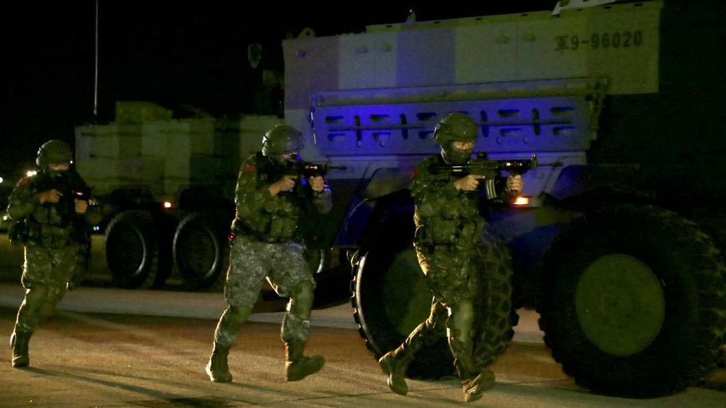 憲兵第202指揮部今天凌晨於台北松山機場執行漢光36號演習「聯合反空(機)降作戰」演練。(圖/軍聞社提供) 漢光演習聯合反空降作戰演練 確保政經中樞安全