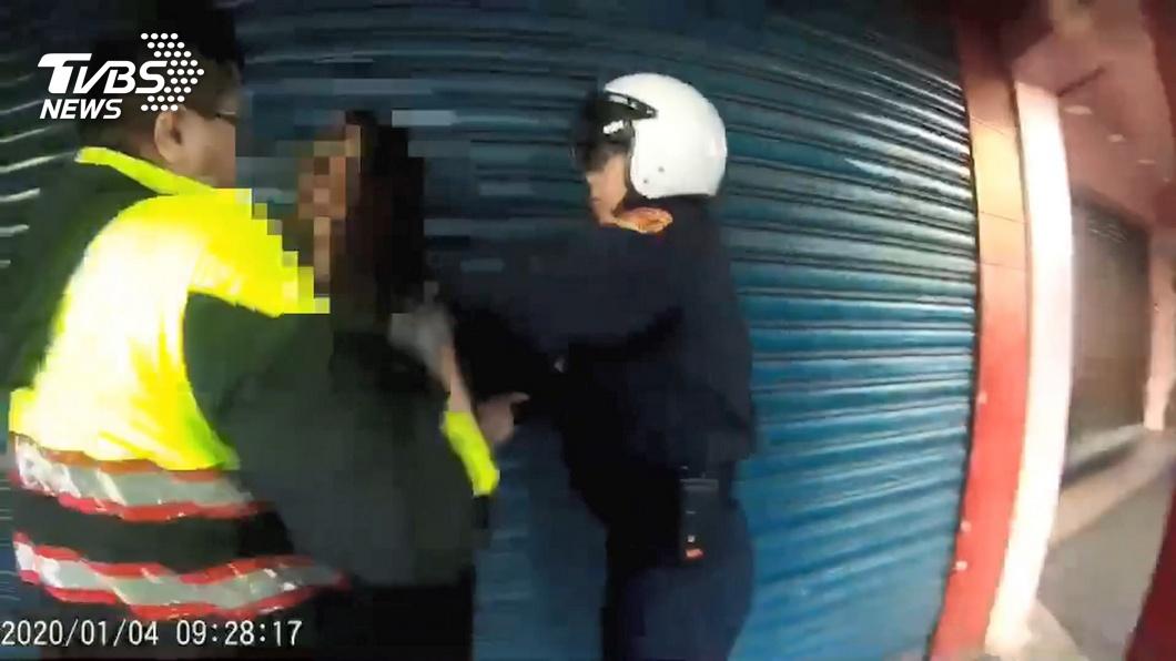 北市1名男子酒醉辱罵還毆打員警,被依妨害公務移送,法官卻判他無罪。(圖/TVBS) 酒醉毆警無罪 媒體人傻眼:法官擺明要全民公幹?