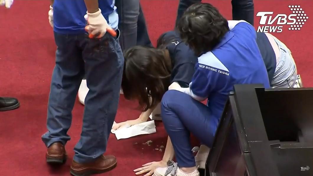 圖/TVBS 立院激戰第3天!民進黨突襲清場 鄭麗文趴地狂吐