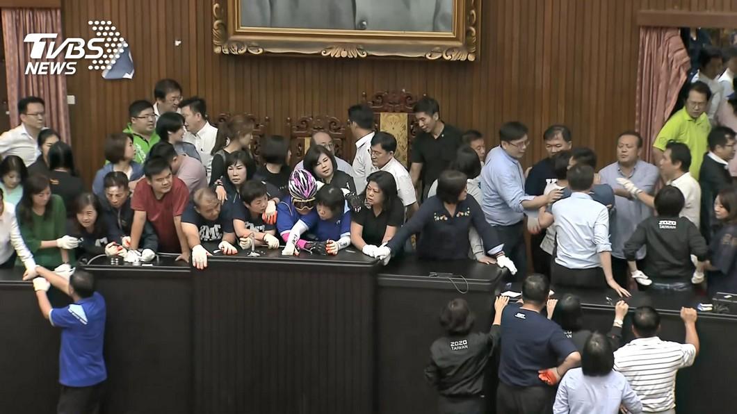 藍綠爆發肢體衝突。(圖/TVBS) 藍控陳瑩不在場同意燈卻亮 鍾佳濱:有人投錯票