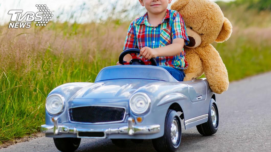 真的很危險!(示意圖/TVBS) 男童開玩具車載妹子兜風…「闖紅燈、逆向行駛」嚇壞路人