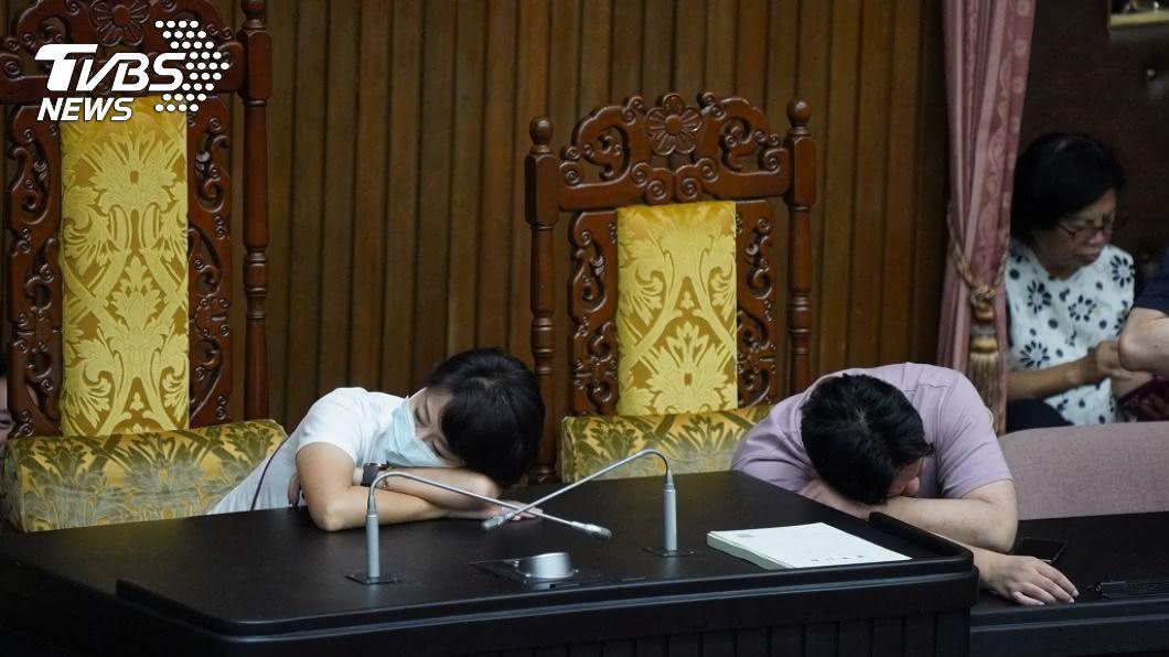 民進黨所有立委昨天夜宿議場。(圖/中央社) 監委同意權今投票 綠委夜宿議場一早就戰鬥位置
