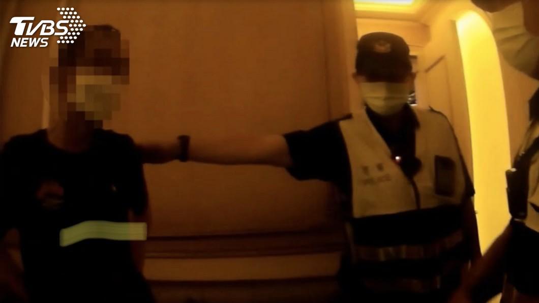高雄市警方今天凌晨臨檢舞廳,並在包廂查到一名從事遠洋漁業捕魚工作的黃姓男子。(圖/高市府警察局提供) 警臨檢舞廳揪居家檢疫漁工未戴口罩 包廂服務生嚇壞